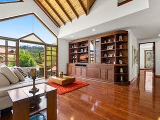 Una sala de estar llena de muebles y un suelo de madera en Casa en venta en Hatogrande de 420mts