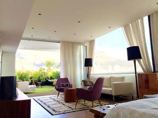 Una sala de estar llena de muebles y una ventana en Penthouse Zona Financiera, venta en El Lago de 5 habitaciones