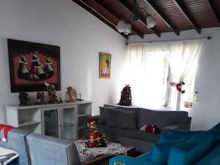Una sala de estar llena de muebles y una ventana en Casa en venta en La Castellana, de 280mtrs2