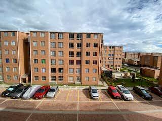 Un edificio con un montón de coches en él en Venta Apartamento La Finca