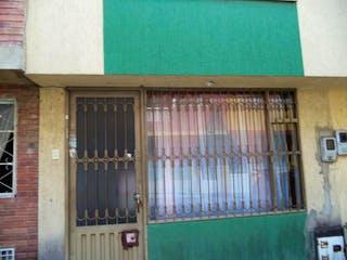 Un edificio con una ventana y una ventana en Casa En Venta En Bogota Gran Granada