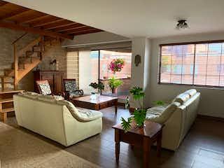 Una sala de estar llena de muebles y una gran ventana en  Ed. Santa Maria De Oviedo