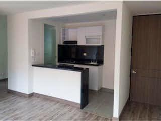 Cocina con nevera y microondas en Apartamento en venta en Casco Urbano Madrid, de 70mtrs2