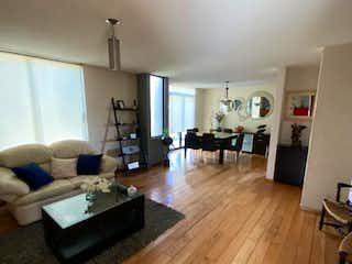 Una sala de estar llena de muebles y un suelo de madera dura en Casa en venta en San Nicolás Totolapan, de 387mtrs2