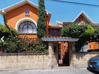Un banco de madera sentado delante de una casa en CASA A 5 MINUTOS DE GLORIETA DE VAQUERITOS XOCHIMILCO