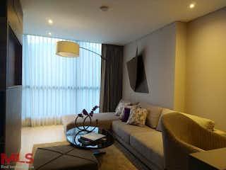 Una sala de estar llena de muebles y una ventana en York Suites