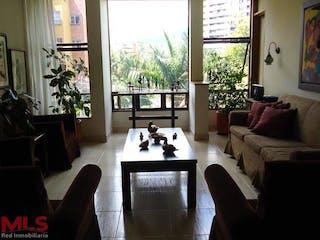 Una sala de estar llena de muebles y una gran ventana en Lomalinda