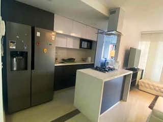 Cocina con nevera y microondas en Apartamento venta robledo pilarica