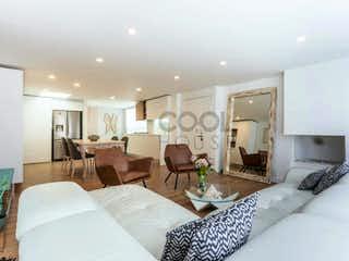 Una habitación de hotel con dos camas y un sofá en Apartamento en venta en Santa Bárbara Central de tres habitaciones