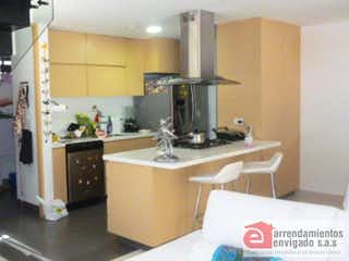 Una cocina con una estufa de fregadero y nevera en AZUR