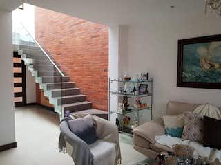 Una sala de estar llena de muebles y una televisión de pantalla plana en Casa en venta en San Lucas con Piscina...
