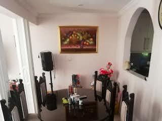 Una sala de estar llena de muebles y una ventana en Venta de casa en Floresta Santa Rosa De Lima ,Medellin