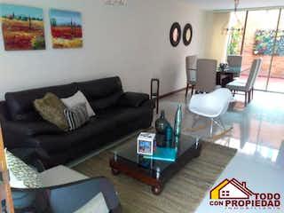 Una sala de estar llena de muebles y una televisión de pantalla plana en villas de gualanday 3