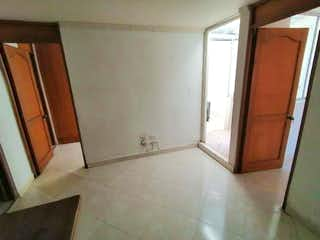 Un cuarto de baño con un inodoro y una ducha en VENDO APARTAESTUDIO POR EL MALL GRAN VÍA BELEN