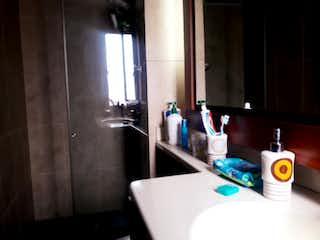 Un cuarto de baño con lavabo y un espejo en Apartamento en venta en Acevedo Tejada 53m²