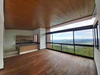 Una cocina con un gran ventanal y un suelo de madera en Sierra Grande2