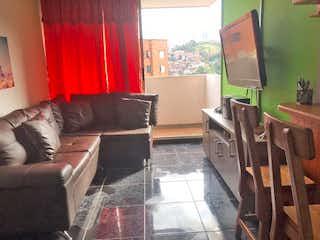 Una sala de estar llena de muebles y una gran ventana en Apartamento en venta en San Germán, de 65mtrs2