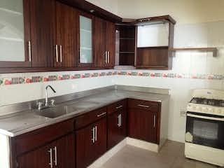 Una cocina con armarios de madera y un fregadero en Casa en venta en La Castellana, de 137mtrs2