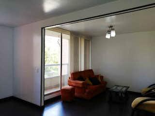 Una sala de estar llena de muebles y una ventana en Apartamento en venta en Gran Granada de tres habitaciones