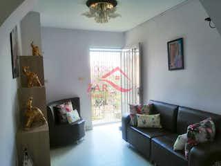 Una sala de estar llena de muebles y una televisión de pantalla plana en Casa en venta en Brasilia de 102mts