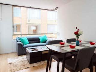 Una sala de estar llena de muebles y una chimenea en  Edificio Colinas de Cantabria
