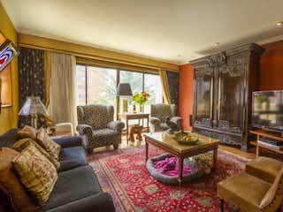 Una sala de estar llena de muebles y una chimenea en Apartamento en venta en El Lago de tres habitaciones