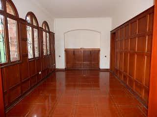 Una habitación con suelos de madera y paredes de madera en Casa en venta en Quinta Camacho de 440mts