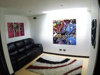 Una sala de estar con un sofá de cuero negro en Casa en venta en Bojacá de 148mts