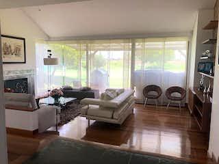 Una sala de estar llena de muebles y una chimenea en Casa en venta en Casco Urbano Cota, de 283mtrs2