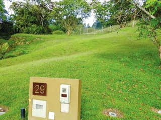 Un campo con una señal y una señal en él en parcelacion cerrovento