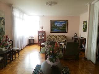 Una sala de estar llena de muebles y una planta en maceta en EL PARQUE