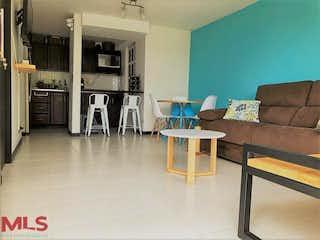Una sala de estar llena de muebles y una chimenea en Serrania