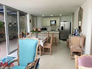 Una sala de estar llena de muebles y una televisión de pantalla plana en Terragrande
