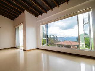 Una habitación con un gran ventanal y un gran ventanal en Casa en venta en El Retiro de 1450mts