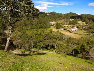 Un pequeño avión está sentado en un campo en Lote en venta en Loma del Escobero de 5142mts