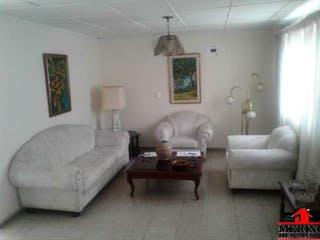 Una sala de estar llena de muebles y una mesa de café en Casa en venta en Santa Mónica de 278mts
