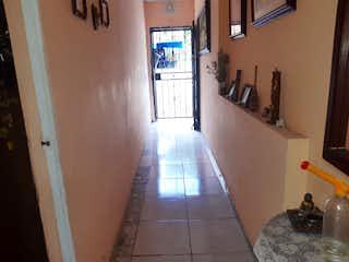 Una habitación muy bonita con una gran ventana en Casa en venta en La Milagrosa, de 113mtrs2