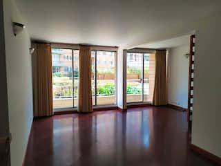 Una vista de una sala de estar con un gran ventanal en Edificio Avenida Parque