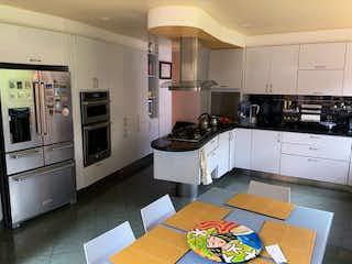 Una cocina con una estufa, un fregadero y un refrigerador en Casa en Venta en Aposentos, Sopó 4 habitaciones