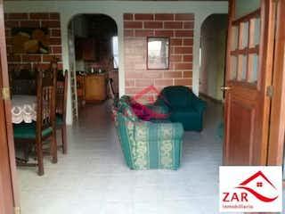 Una sala de estar llena de muebles y una ventana en Casa en venta en Santa Mónica de 184mts