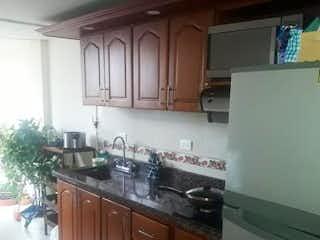 Una cocina con una estufa de fregadero y nevera en aPTO 4 PISO EN PROPIEDAD HORIZONTAL
