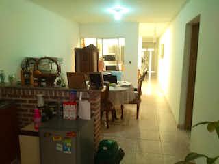 Una sala de estar llena de muebles y una ventana en Casa en venta, la américa Niza, Medellín