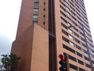 Un edificio alto sentado al lado de una luz de la calle en Apartamento en Venta PARQUE CENTRAL BAVARIA
