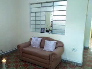Una sala de estar llena de muebles y una televisión de pantalla plana en Casa en venta en La Magnolia, de 132mtrs2