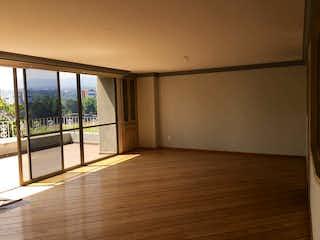 Una habitación con una puerta corredera de cristal que conduce a un balcón en Departamento en venta en Parque del Pedregal, de 382mtrs2