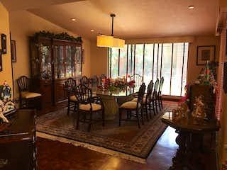 Una sala de estar llena de muebles y una lámpara de araña en Casa en venta en Cuevitas de 680mts