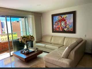 Una sala de estar llena de muebles y una gran ventana en  Bariluche