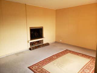 Una sala de estar con chimenea y una alfombra en Apartamento en venta en Santa Bárbara Occidental de dos habitaciones