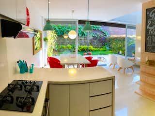 Una cocina con fregadero y nevera en Venta casa en Envigado sitio tranquilo, unidad familiar y muy completa