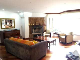 Una sala de estar llena de muebles y una chimenea en Edificio Torreladera